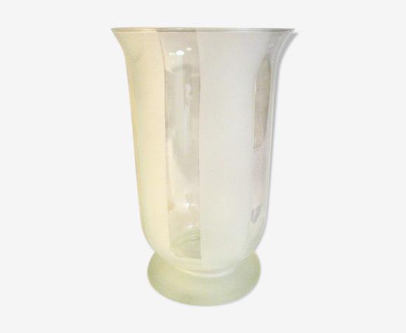 Vase en verre avec rayures satinées