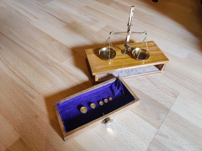 Balance de pharmacien des années 20 avec sa boîte d'origine
