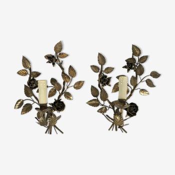 Paire d'appliques en métal doré à décor de roses