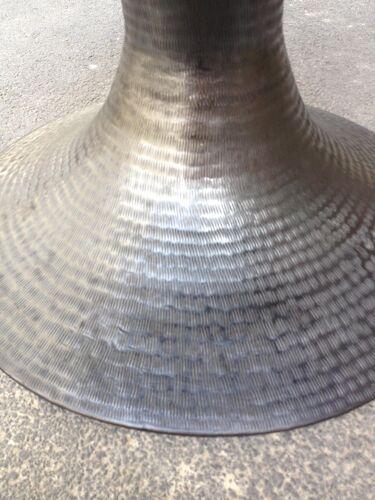 Gueridon scandinave, metal martelé