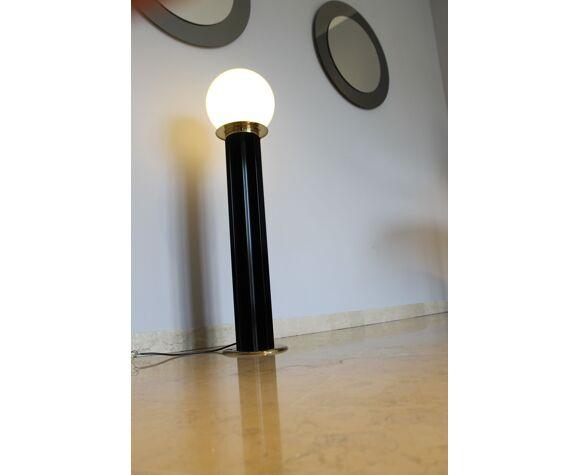 Lampadaire, Italie, années 1970, boule de verre blanc, finitions en laiton, l'étoile est en noir laqué i