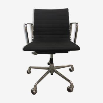 Chaise de bureau aluminium chair ea 117 de Charles et Ray Eames