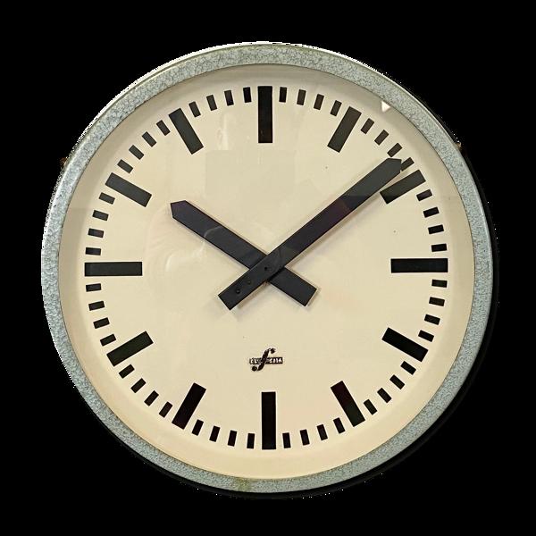Horloge verte de mur industrielle d'Elfema, années 60