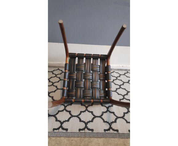 Chaise structure en bois et assise avec tressage de bandes de skaï noir