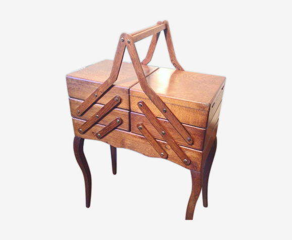 Travailleuse de couture en bois