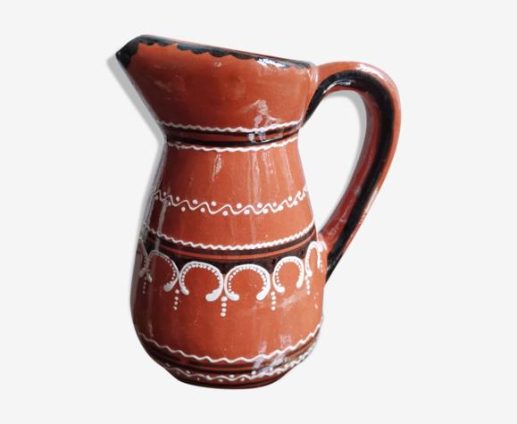 Carafe ocre à motifs de frises géométriques blanches et noires