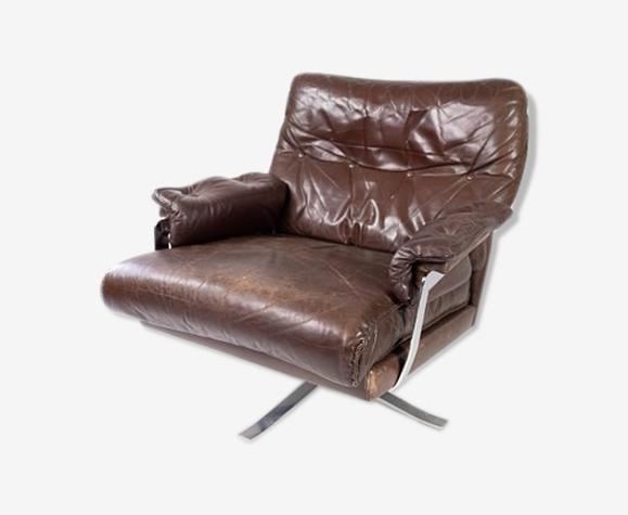 Chaise facile rembourrée avec cuir brun patiné et cadre en métal, conçu par Arne Norell