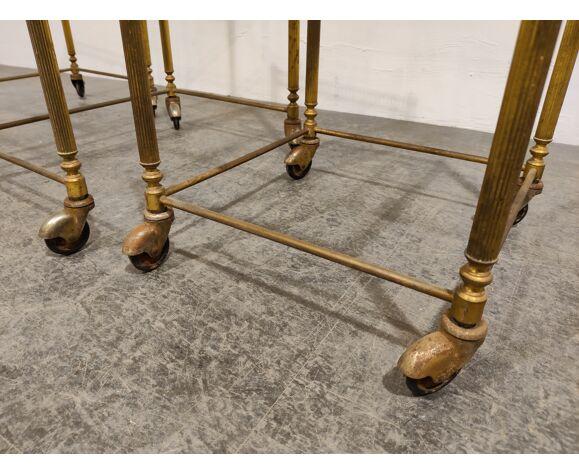 Ensemble de tables gigognes néoclassiques en métal doré des années 1950