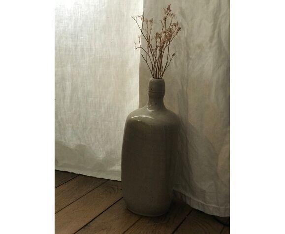 Bouteille en céramique de couleur gris clair