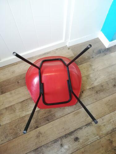 Chaise coquillage rouge de Pierre Guariche
