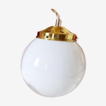 Suspension avec globe en opaline blanche ancien