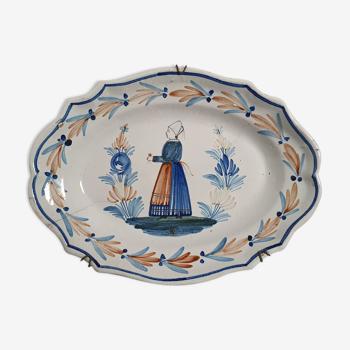 Plat ovale à décor de paysanne bretonnne en faïence Henriot Quimper signé HR