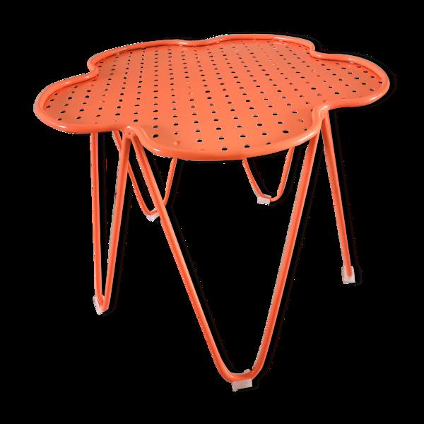 Table basse India Mahdavi pour Monoprix perforée rose orangé corail