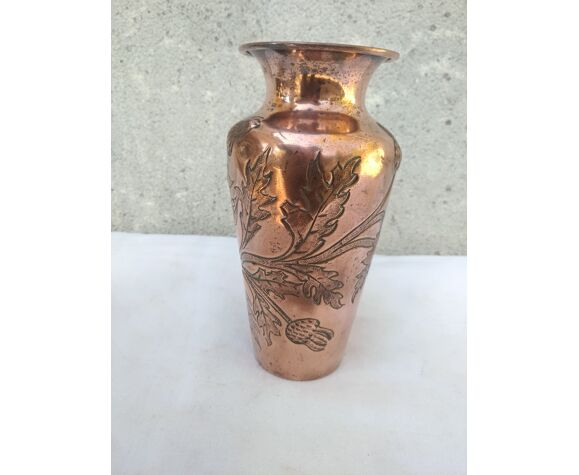 Vase en cuivre repoussé a decor de chardons
