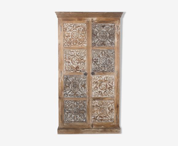 Armoire artisanale sculptée