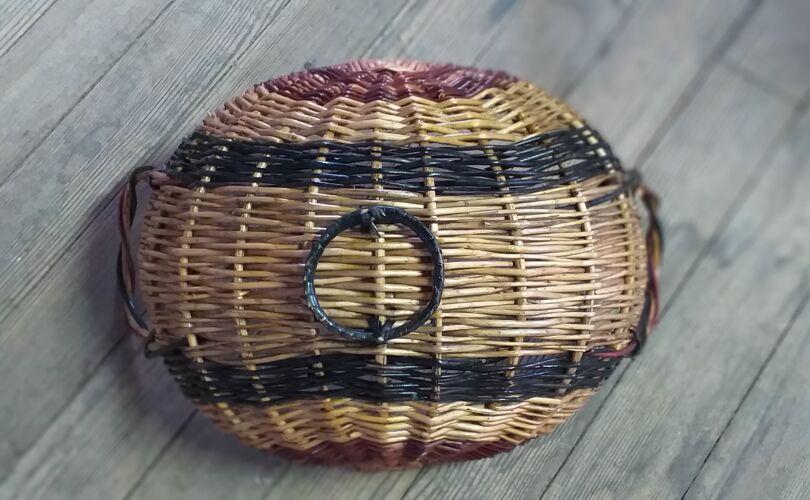Ancienne panière à fruits en osier naturel, noir et rouge