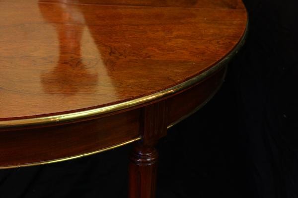 Table ronde en acajou et bronze doré de la fin XIXe / début XXe siècle