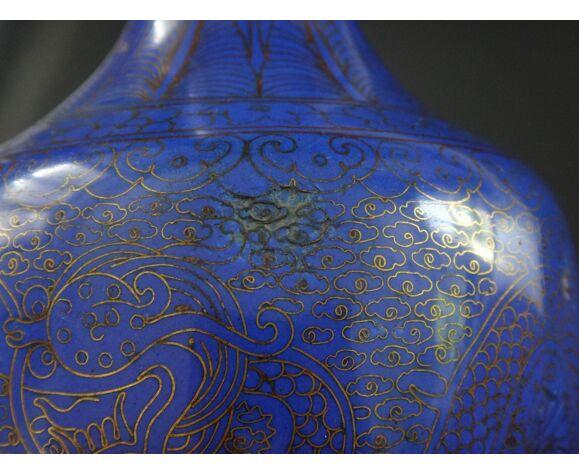 Ancien vase email bleu poudré Chinois dragon pourchassant la perle sacrée Qing XIXème