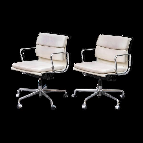 Selency Paire de fauteuils Soft Pad EA 217 de Charles & Ray Eames édité par Vitra