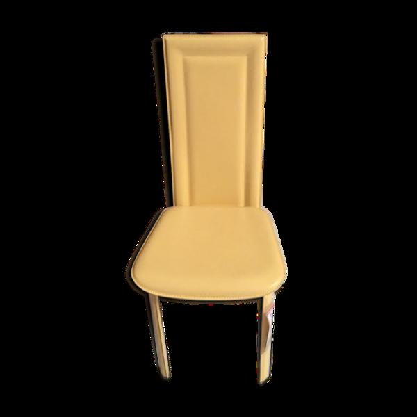 Chaise jaune en cuir