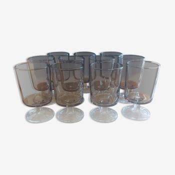 """11 verres """"cavalier"""", fumés marron/gris, années 1970, pied verre blanc"""