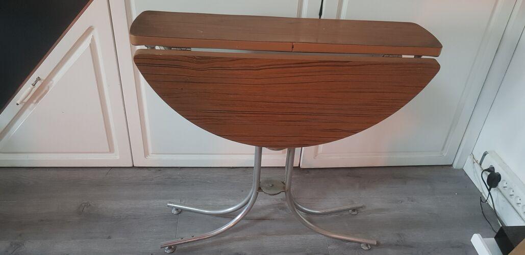Table ronde en formica marron pliable avec ses pieds en métal diam 80cm ht 77cm