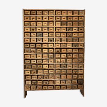 Meuble primitif d'atelier à 150 tiroirs