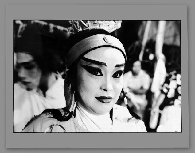 Portrait d'art N&B d'une comédienne reportage Asie du Sud Est années 50.