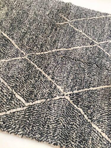 Tapis berbère marocain Beni Ouarain écru et noir moucheté à losanges écru 300x203cm