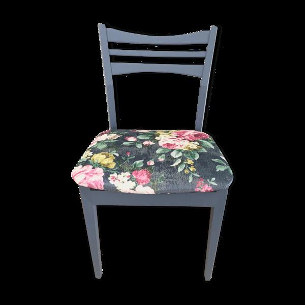Chaise en bois bleue velours fleuri effets vintage