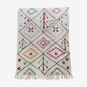 Tapis berbère marocain Azilal écru à losanges noirs et motifs colorés 257x170cm