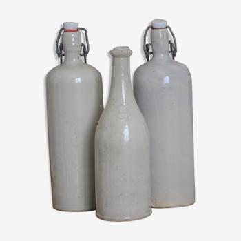 Trio de bouteilles en grès beige