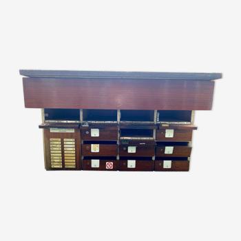 Meuble à boites aux lettres avec plaque du dessus en mosaiques