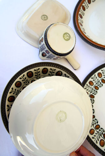 Lot de 2 plats, 7 assiettes creuses, ramequin et saucière Boch Belgium, collection Noix