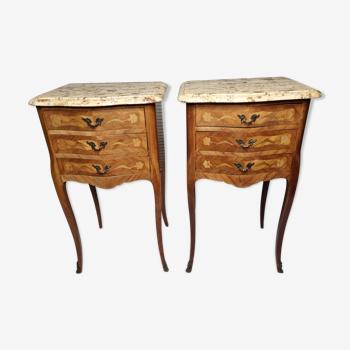 Paire de chevets de style Louis XV des années 50 en bois marqueté et marbre fossilifère