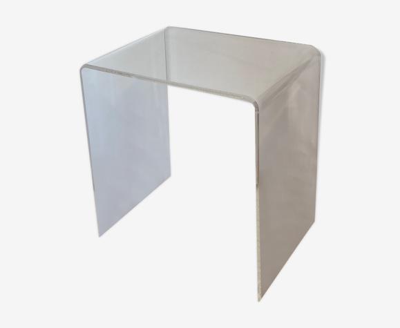 Bout de canapé en plexiglas