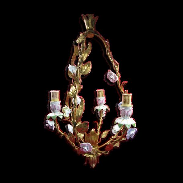 Lustre cage fer doré 3 bras de lumière feuillagés ornés de fleurs de porcelaine
