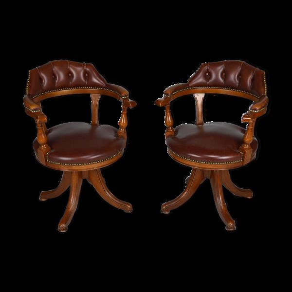 Paire de fauteuils de bureau pivotants bois et cuir style Chesterfield