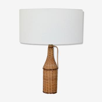 Lampe bouteille recouverte d'osier, abat-jour tambour blanc, années 70