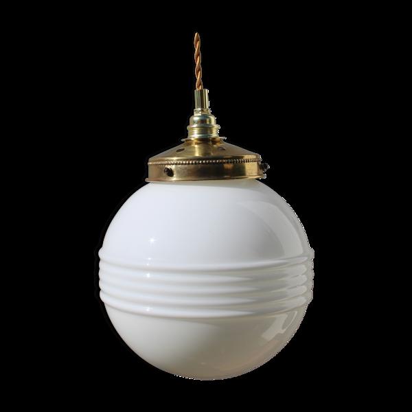 Suspension globe en opaline blanche et laiton