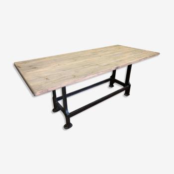 Design Industriel  grande table plateau bois avec pieds en fonte