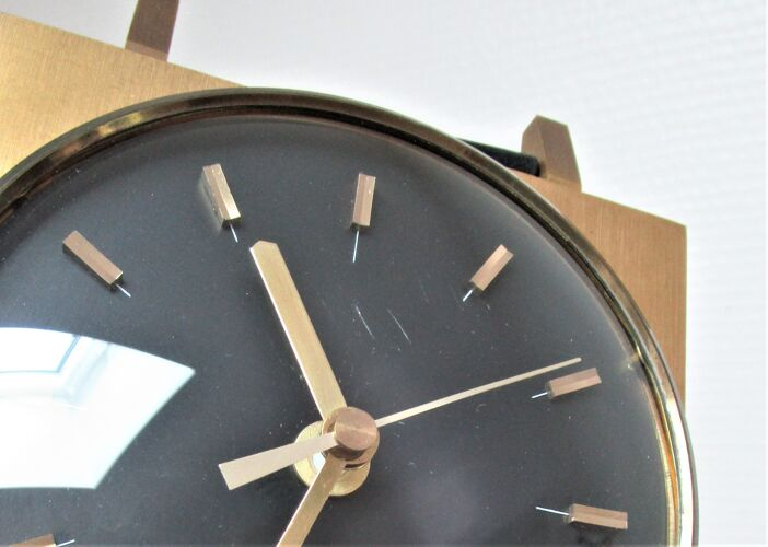 Horloge murale de forme montre bracelet noir et  métal doré années 60