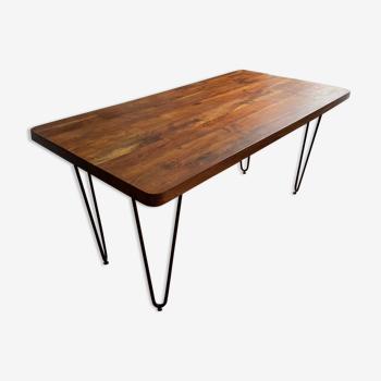 Table en bois massif et pieds en métal