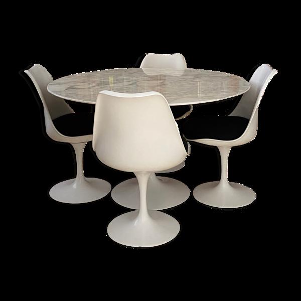 Ensemble Tulip table ronde en marbre et 4 chaises pivotantes par Eero Saarinen édité Knoll