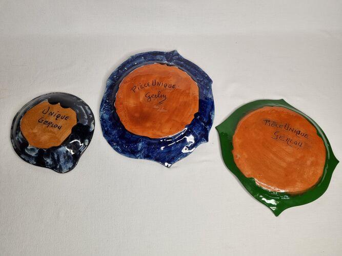 """Suite d'assiettes décoratives vides poches en terre cuite émaillée signées """"Gerlou"""", pièces uniques"""