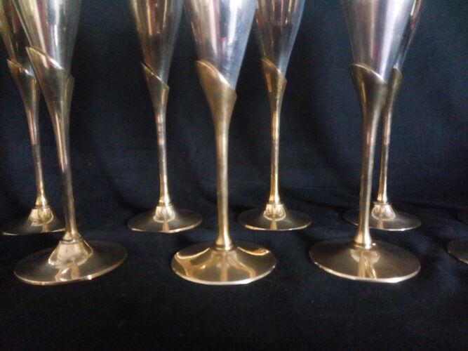 Lot de 12 flutes en métal argenté sur pied en laiton