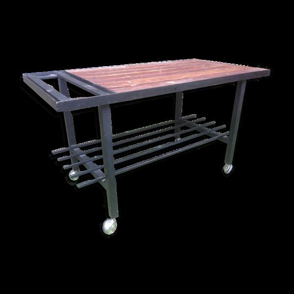 Table basse piétement en métal sur roulettes et le plateau en lames de bois de chêne