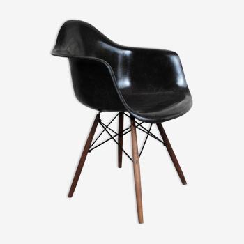 Fauteuil Charles & Ray Eames noir DAW base dowel noyer walnut Herman Miller