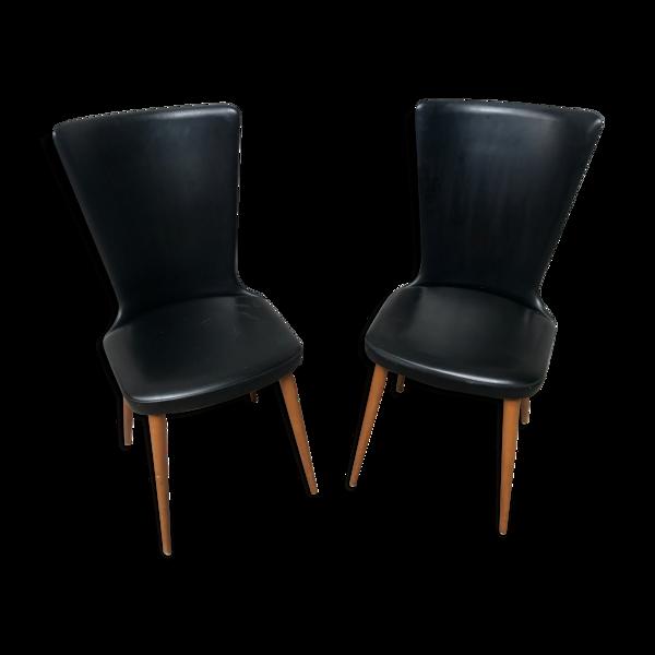 Paire de chaises Baumann modèle Essor en simili cuir noir, piétement compas en hêtre