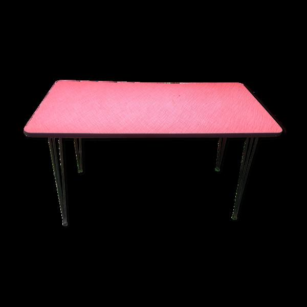 Table de bistro vintage plateau en formica rouge et vermicelles noir piétement eiffel en métal.